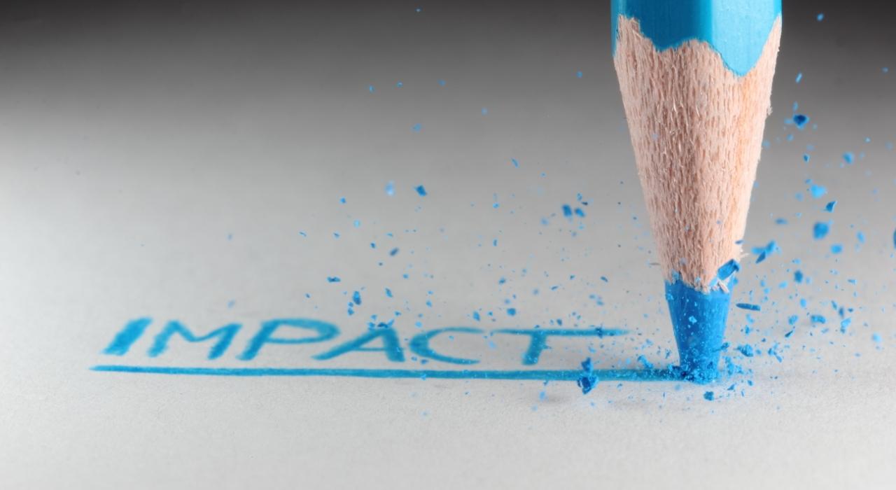 potloodpunt die met kracht het woord impact onderstreept