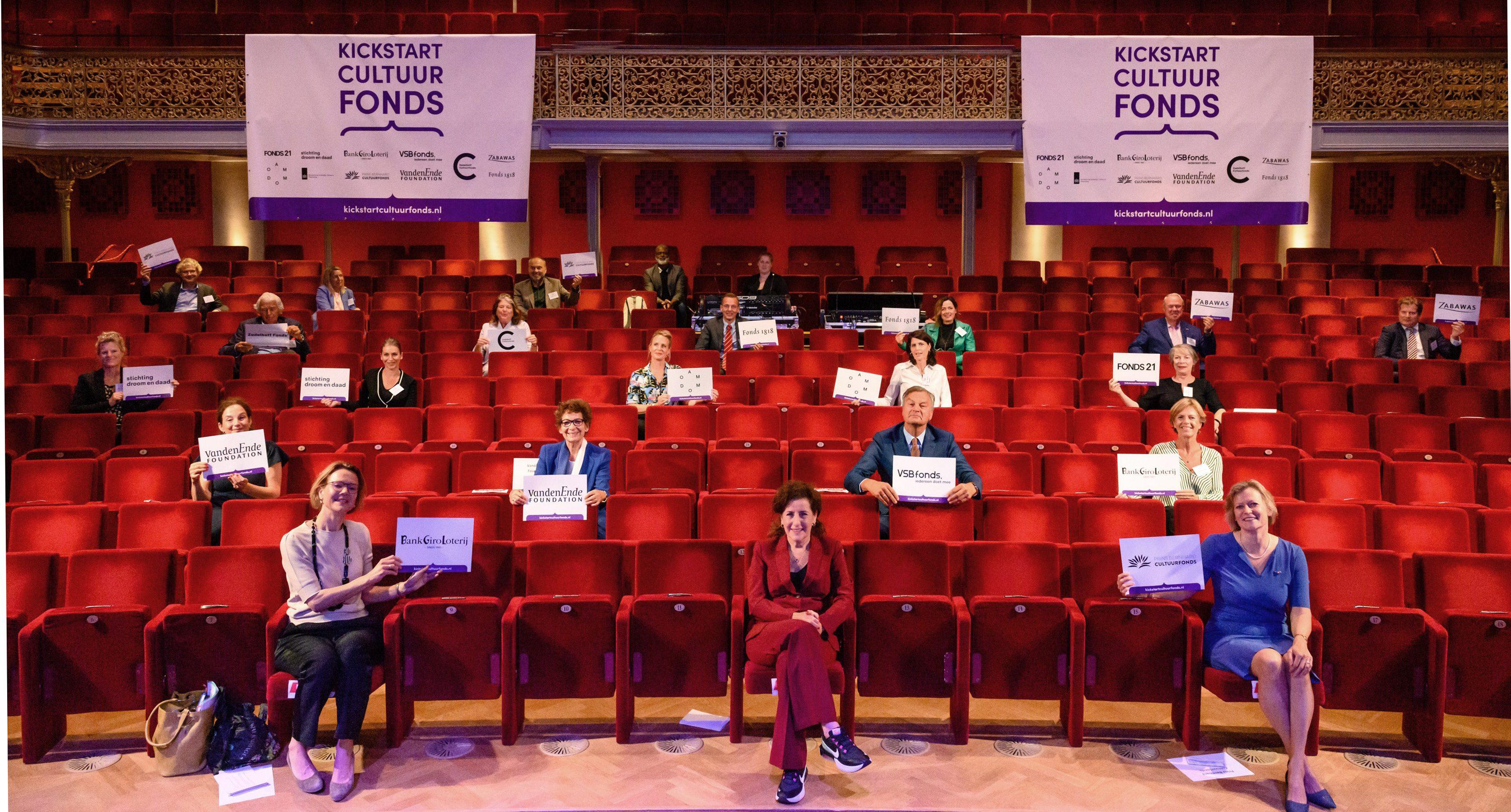Theaterzaal van Diligentia in Den Haag met op afstand van elkaar alle directeuren van de cultuurfondsen die op 2 juli 2020 het Kickstart Cultuurfonds lanceren, in aanwezigheid van de minister van cultuur.