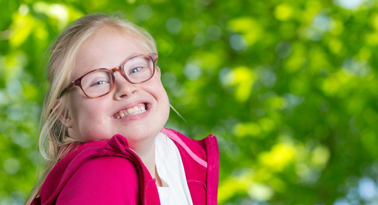 vrolijk lachend meisje