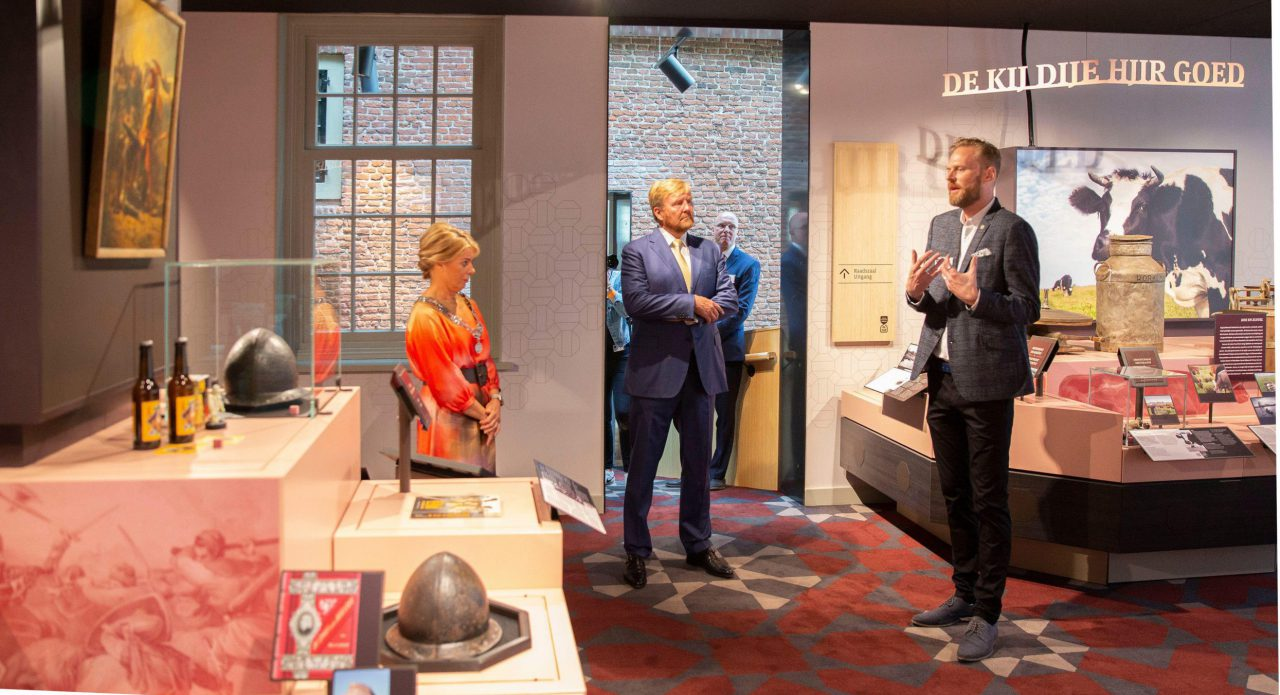 fot van directeur Pascal Arts die Koning Willm Alexander en Burgemeester Jannewietske de Vries rondleidt in de vaste presentatie, langs de vermeende helm van Grutte Pier