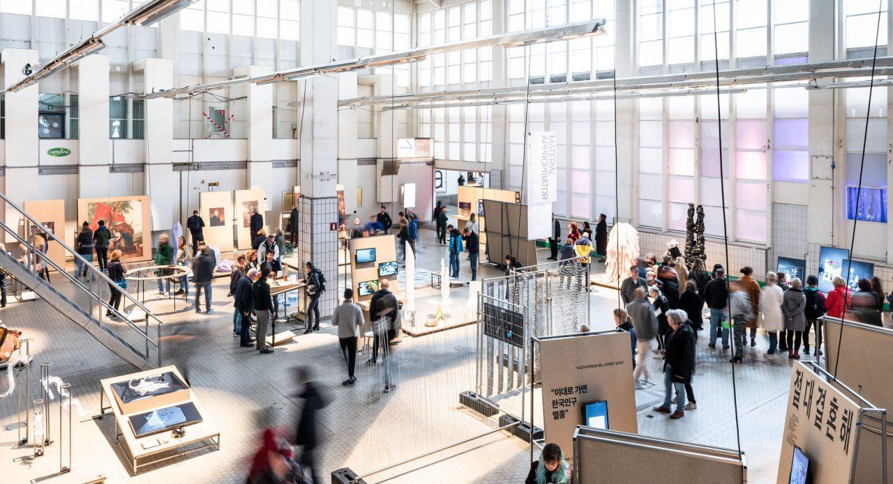 overzichtsfoto van een grote expo-hal met The Graduation Show van de Design Academy, tijdens Dutch Design Week 2019 met veel mensen en veel exposanten
