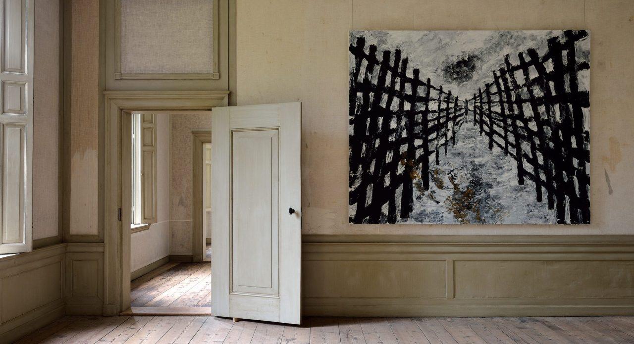 groot zwart-wit schilderij van Armando in een lege kamer in het landhuis Amelisweerd