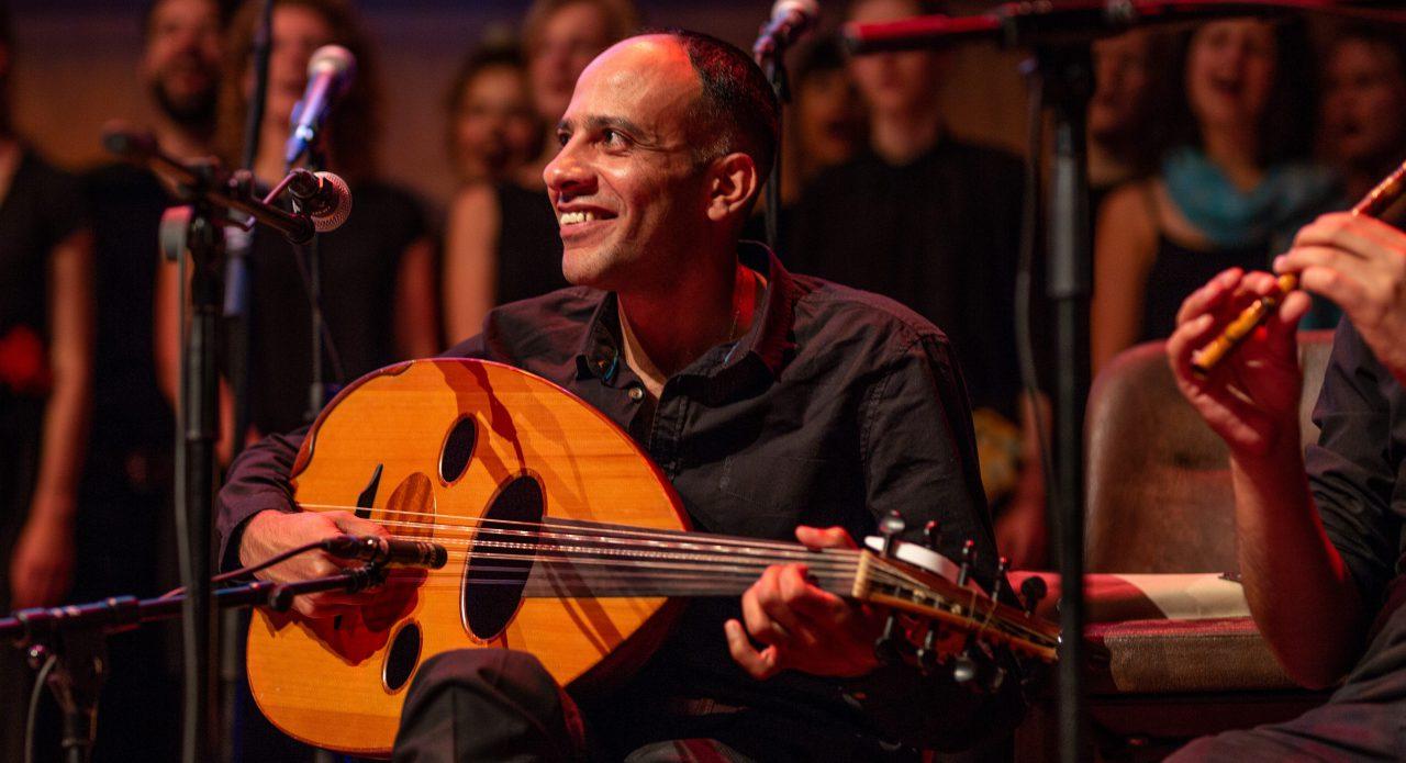 Lachende ud speler tijdens een optreden van het orkest
